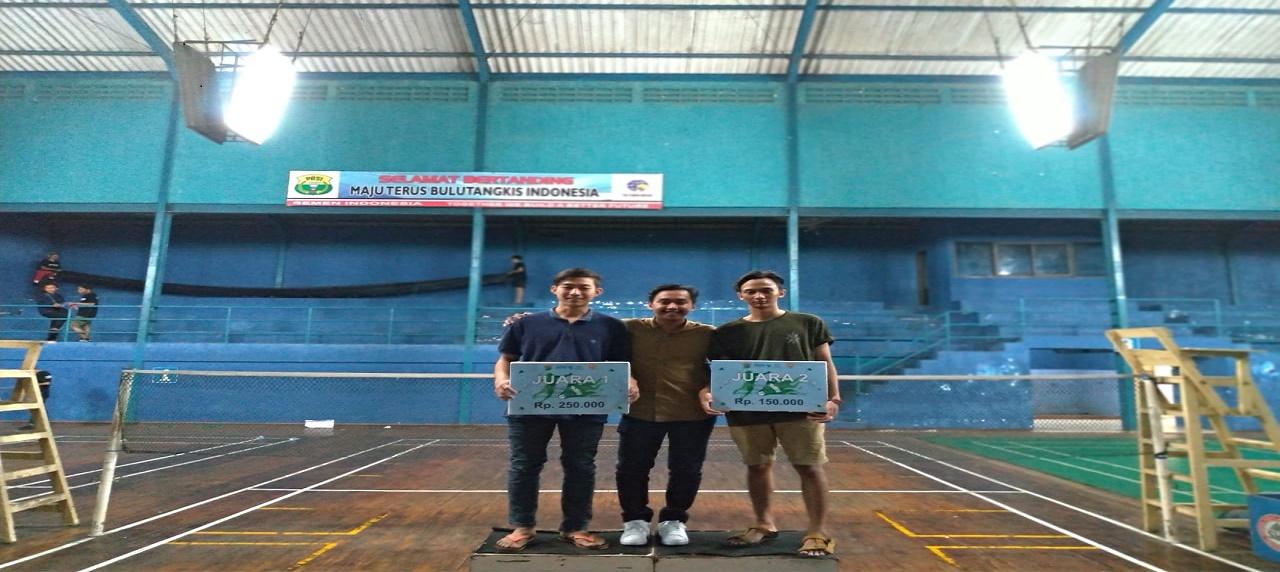 Kedua pemenang kompetisi badminton kategori tunggal putra