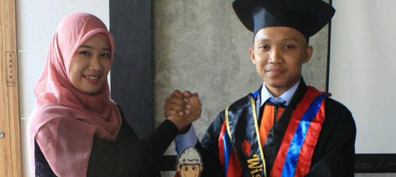 Izzati Winda Murti S.T., M.T memberikan selamat kepada Ahmad Faruq Abduni Alhaq, S.T