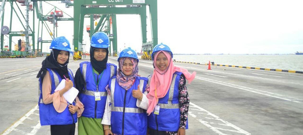 Ekspresi Dosen dan Mahasiswa Informatika UISI sedang melakukan Penelitian Riset di Teluk Lamong