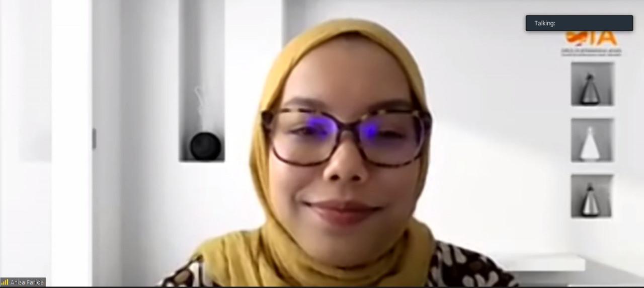 Potret Anisa Farida, seorang Diplomat Karir saat memaparkan materi pada Webinar OIA kali ini.