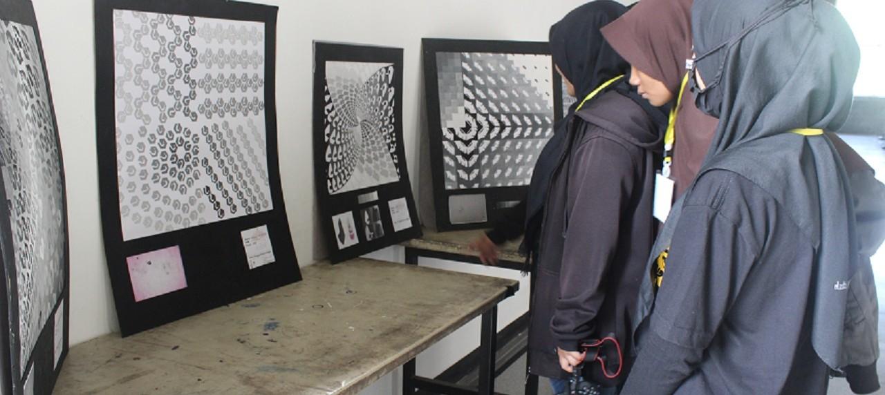 foto saat pengunjung menikmati hasil karya mahasiswa UISI, prodi DKV.