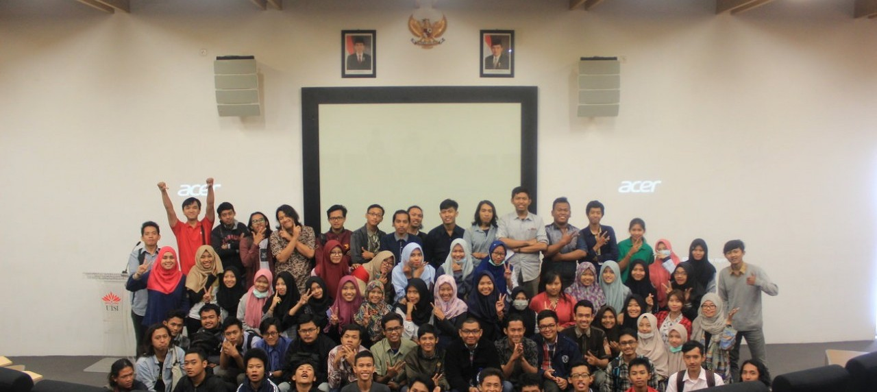 Sesi foto bersama seluruh Mahasiswa beserta Dosen DKV