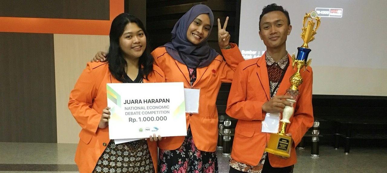 Vanesssa, Bella, dan Bayu berhasil meraih juara harapan di Universitas Negeri Malang