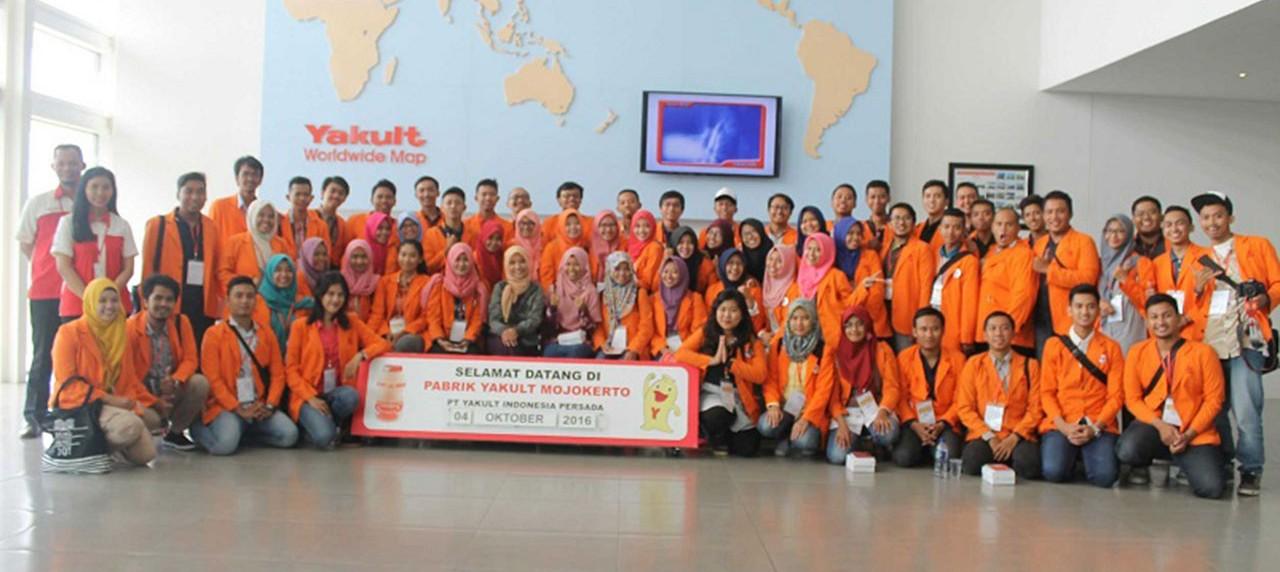 Mahasiswa manajemen rekayasa mengunjungi pabrik yakult