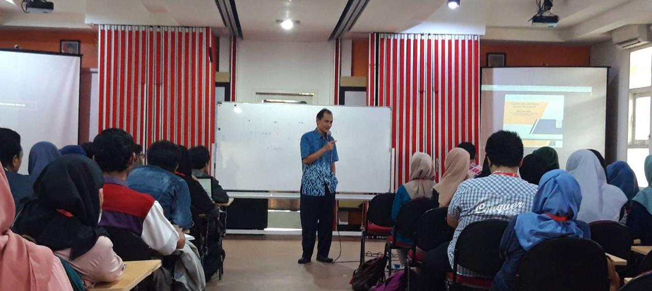 Dr. Roziq Himawan Menyampaikan Materi Tentang Teknologi Reaktor dan Keselamatan Nuklir