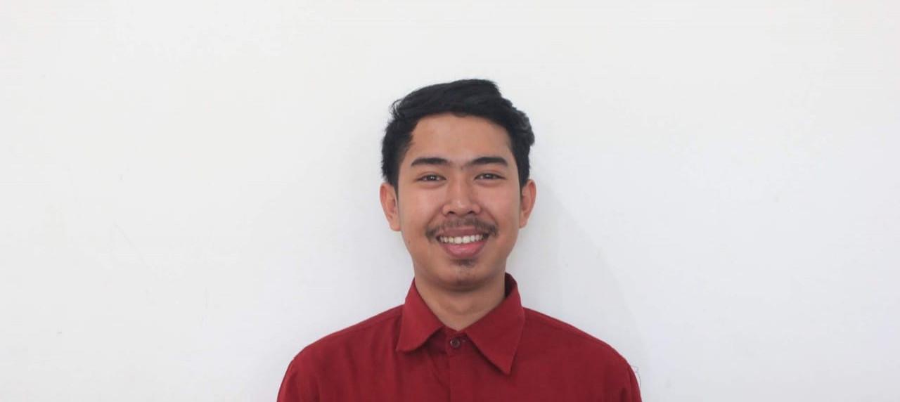 Ahmad Rosyidin Mahasiswa Sistem Informasi bangga bersama medali perak di Sport Centre Lamongan.