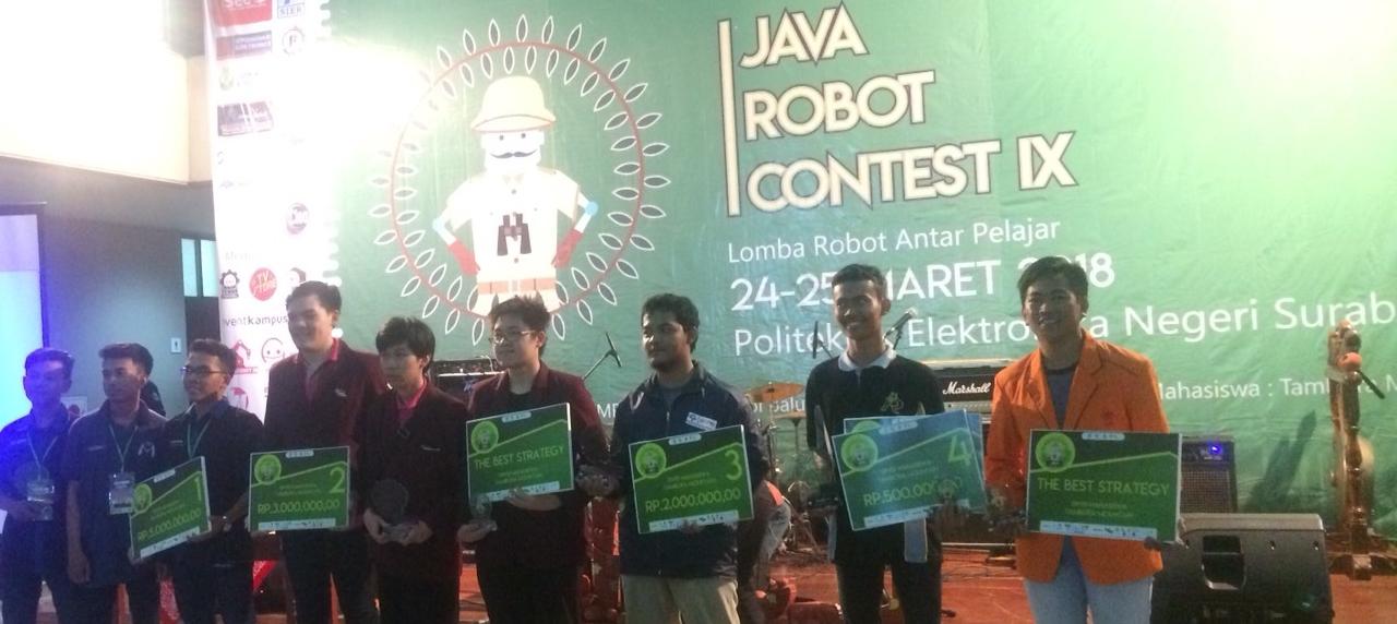 Perwakilan dari UISI dengan jas almamater saat penyerahaan kategori Best TIme untuk hasil karyanya