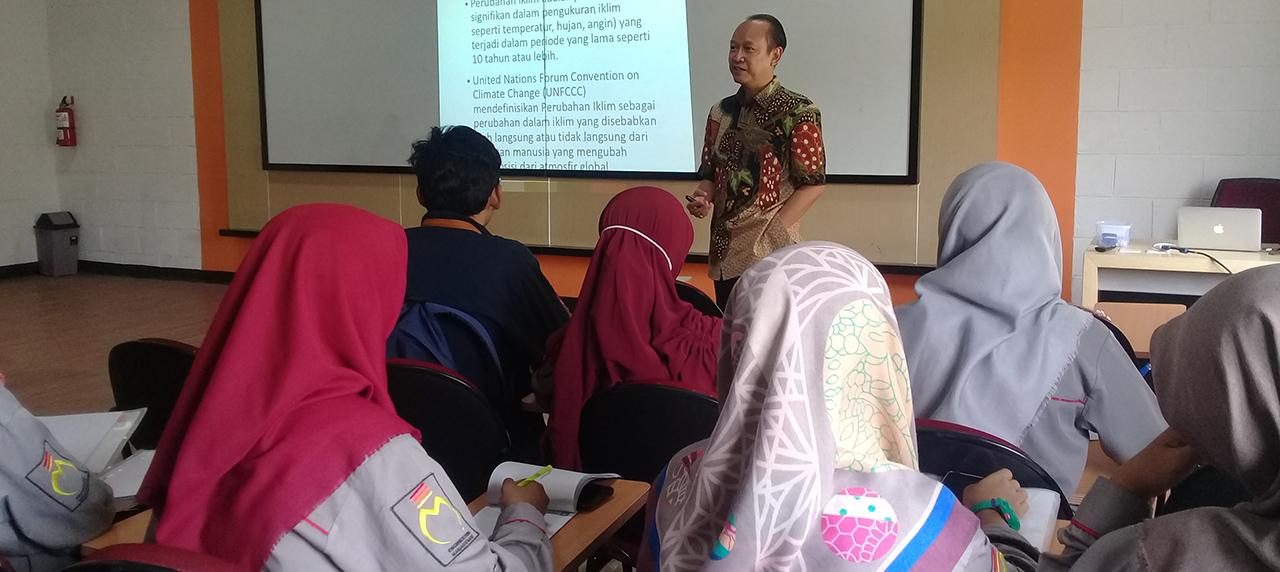 Dr. Rachmat Boedi Santoso saat mengisi kuliah tamu di UISI.