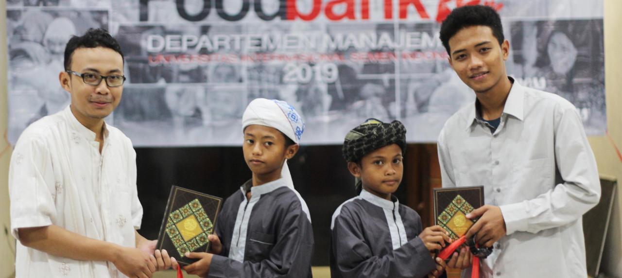Penyerahan donation bag kepada adik-adik Yayasan Nurul Khalifah Rahmatullah.