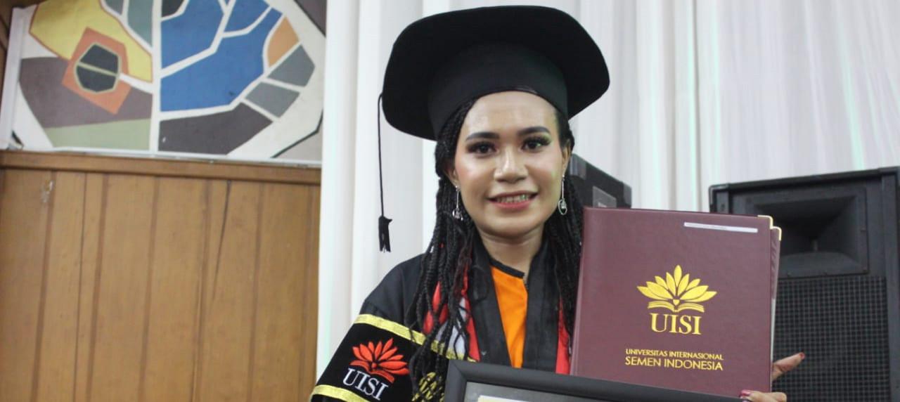 Senyum bangga Orpa Yakarimilena menjadi lulusan terbaik UISI di Wisuda ke-3