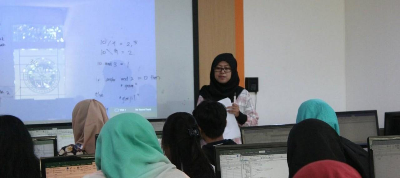 Suasana VBA Training di Lab 1 oleh Pemateri Ibu SIti Nurminarsih S.T,M.T