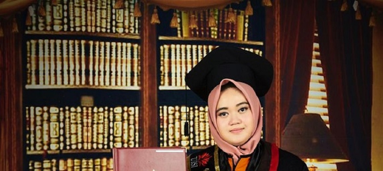 Kebahagiaan Adkhilna Hurin 'Ainun Berhasil Raih Gelar Wisudawan Terbaik UISI