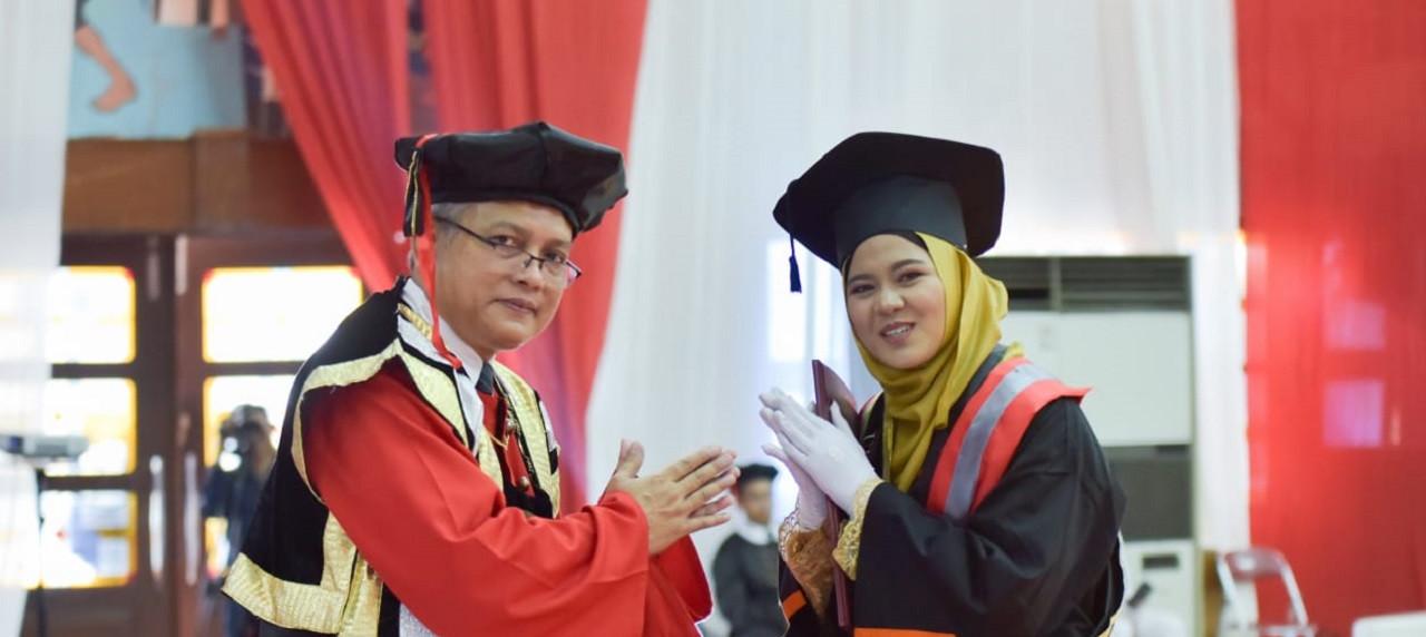 Silvia Rahma Amelia, salah satu wisudawati terbaik yang berasal dari Departemen Sistem Informasi