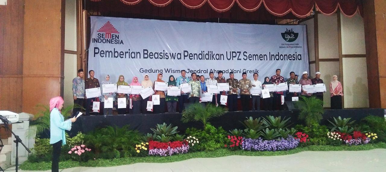 Penyerahan beasiswa pendidikan kepada perwakilat setiap sekolah dan universitas.