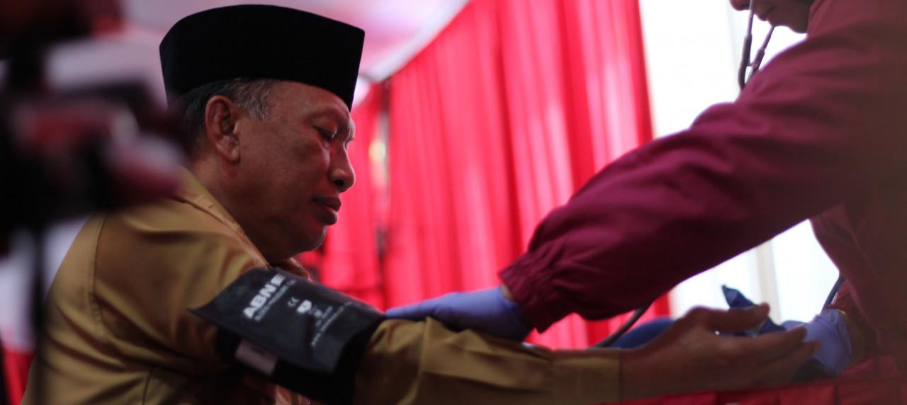 Bupati Gresik, Dr. Ir. H. Sambari Halim Radianto, ST, M.Si yang turut serta mendonorkan darah