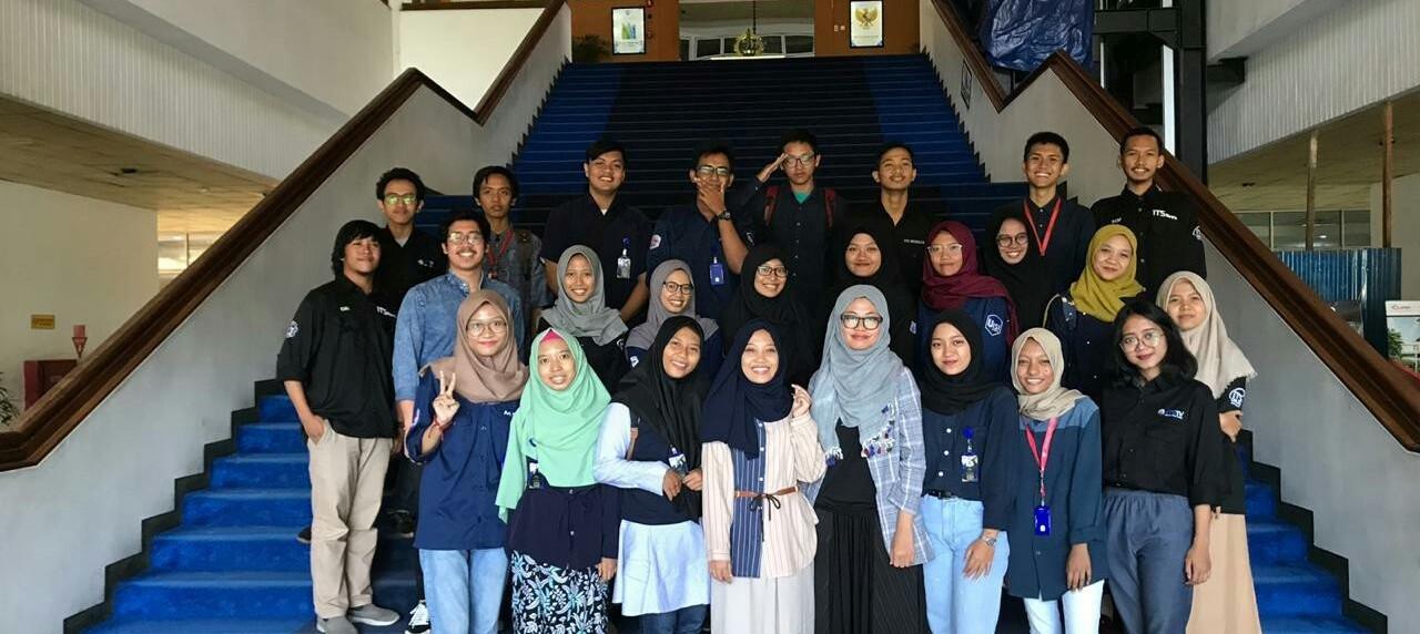 Ekspresi Tim Media UISI dengan Tim ITS Media
