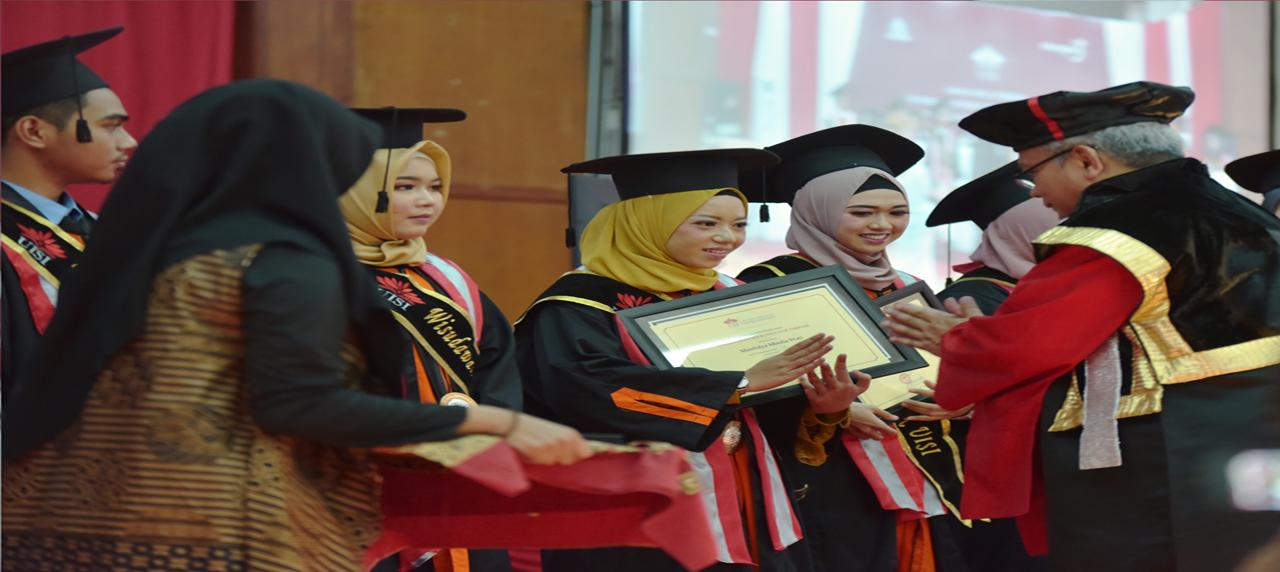 Raut bahagia dan bangga Maulidya Misdia Wati saat menerima penghargaan dari Rektor UISI