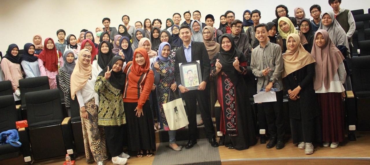 Sesi foto bersama Reno Albra dan Mahasiswa UISI di Workshop Motivation Letter