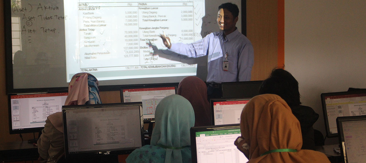 Ahmad Dahlan selaku pemateri menyampaikan materi laporan laba dan rugi