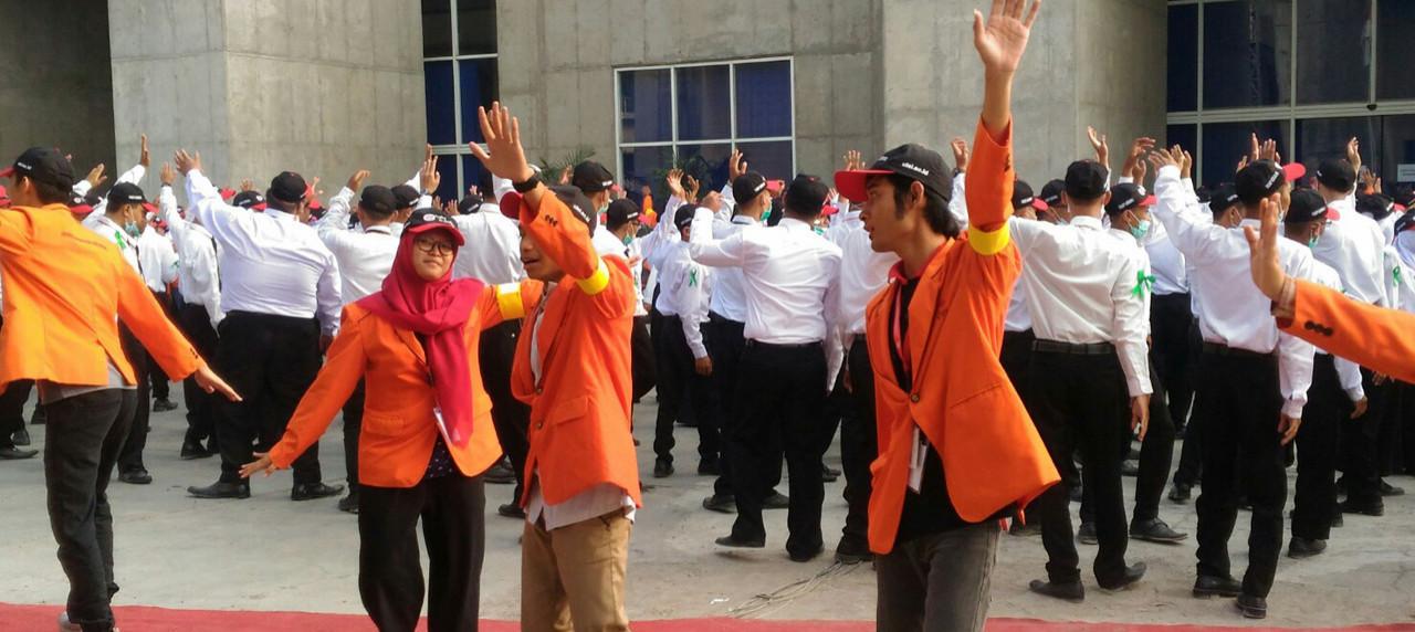 Mahasiswa Baru dan Panitia menari diiringi oleh Jingle UISI