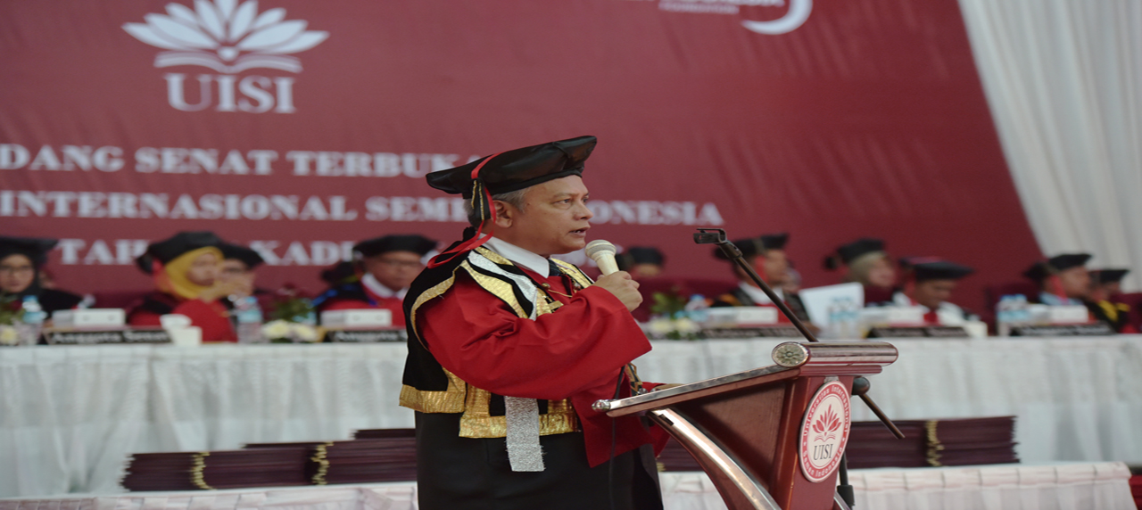 Rektor Universitas Internasional Semen Indonesia Prof. Dr. Ing. Herman Sasongko saat berpidato
