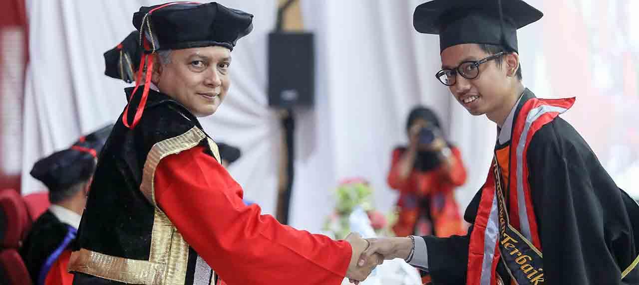 Muhammad Sholah Ed dien Al Ayubi menjadi salah satu wisudawan terbaik dari departemen Manajemen