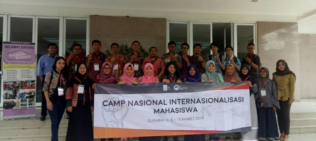 Mahasiswa UISI beserta peserta lain Camp Nasional ITS berkunjung ke Rumah Bahasa di Surabaya