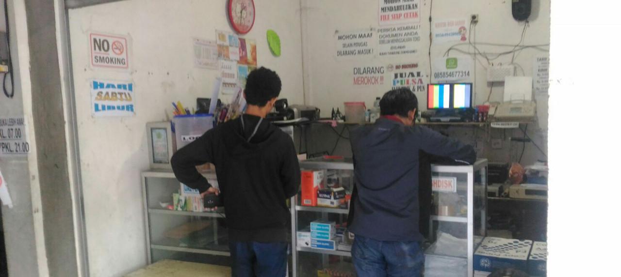 Beberapa Mahasiswa UISI sedang Melakukan Pencetakan (Print) di Antikaa Photocopy