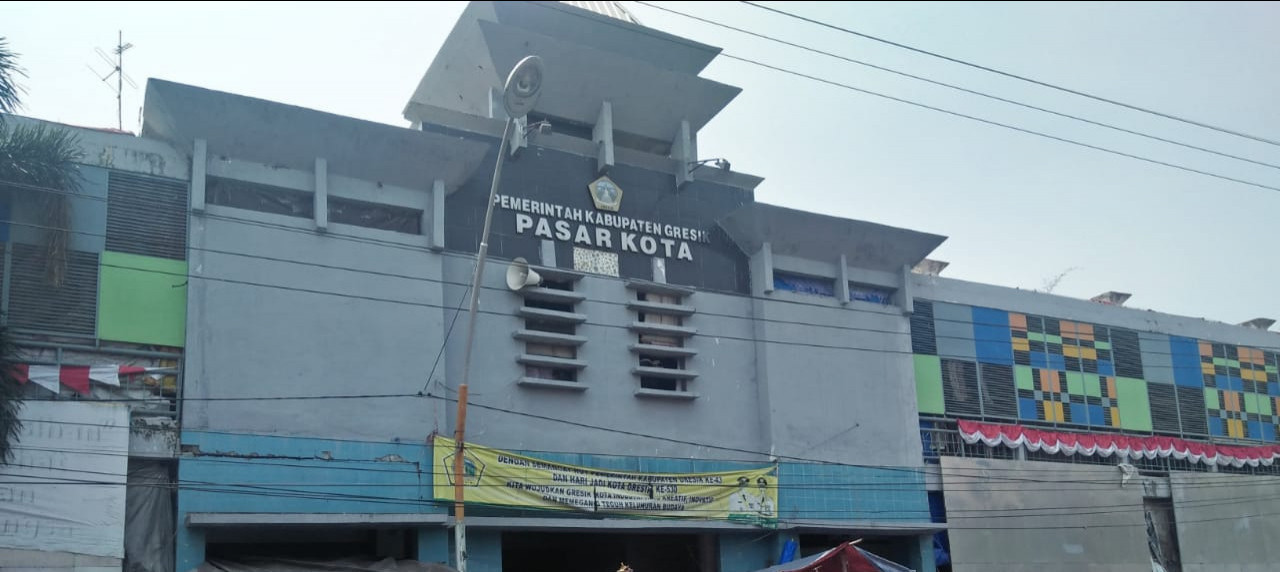 Pasar Kota di Kabupaten Gresik yang terlihat ramai dan lebih tertata dengan bangunan bertingkat