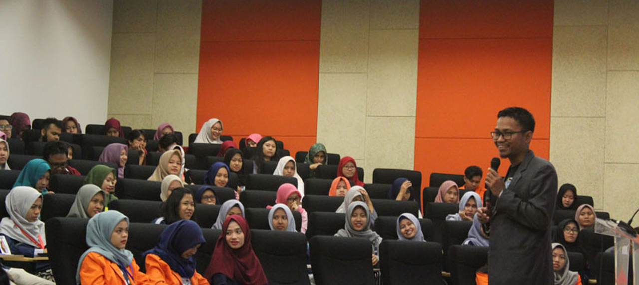 Dalu Nuzulul Kirom memberikan materi seputar preneur kepada generasi millennials