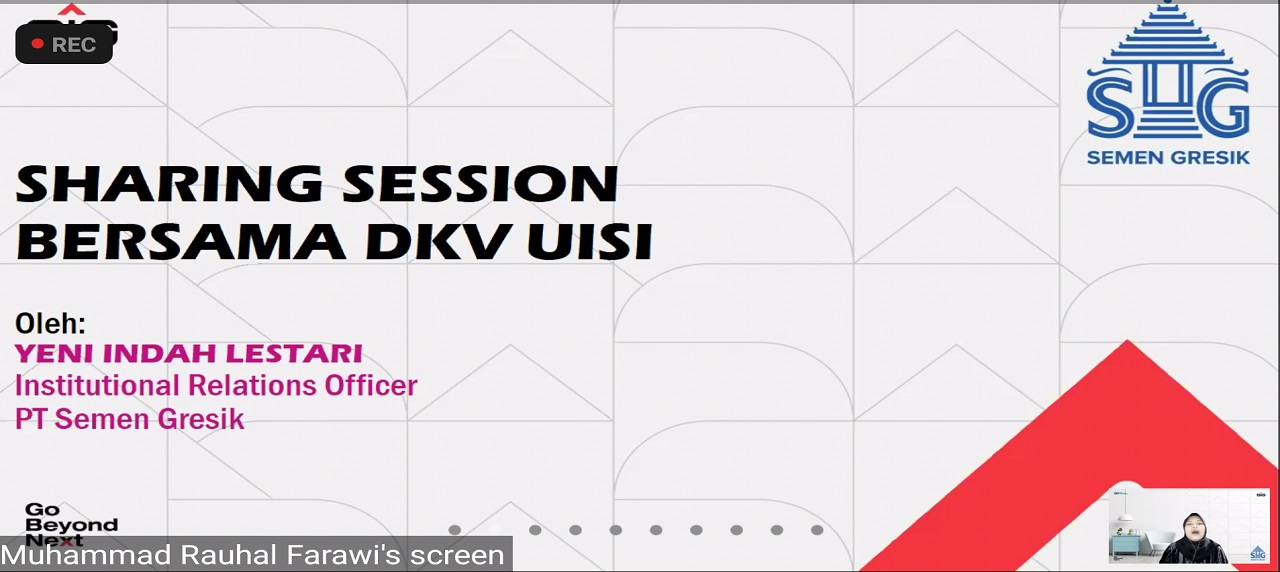 Perkenalan  Yenni Indah Lestari dalam pembukaan sesi Sharing Session bersama DKV UISI