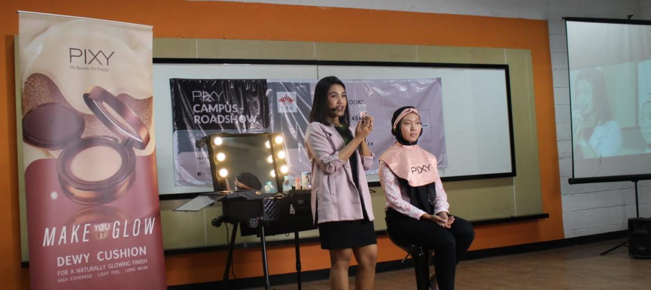 Make up Artist Pixy memperagakan cara menggunakan riasan natural kepada peserta
