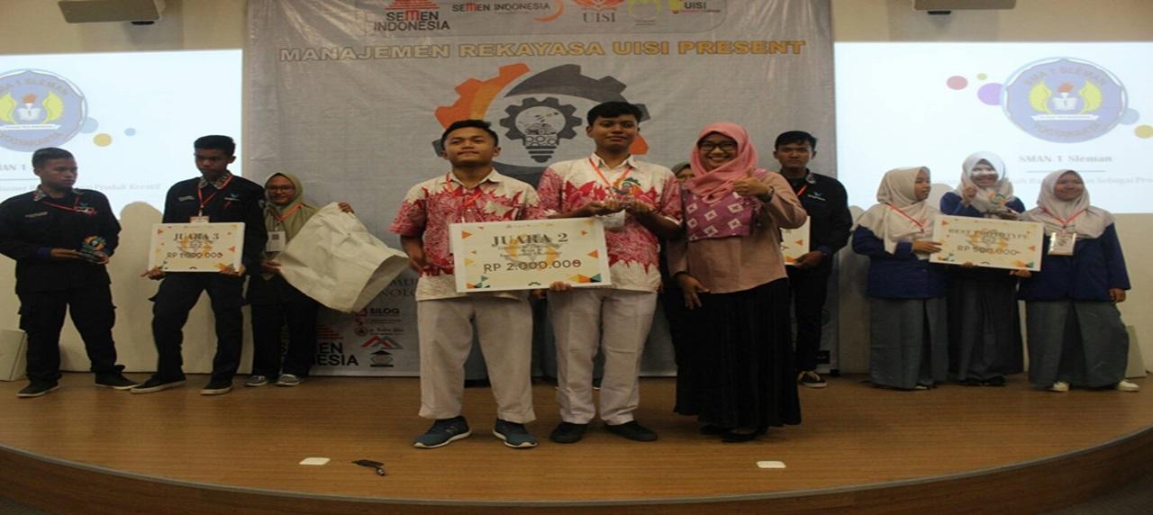 Pemenang Innovation Challenge beserta Kepala Departemen Manajemen Rekayasa
