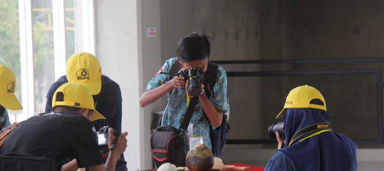 ketika para peserta mengambil dan memotret objek di Lomba Megapixel V2.0