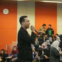 Suasana di dalam Auditorium Kampus B UISI bersama pembicara dari Bukalapak.