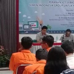 Senior Vice President PT. Semen Indonesia, Ir. Mat Sulkan, M.M. memberi arahan bagi mahasiswa