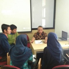 mahasiswa berdiskusi dengan juri dikti