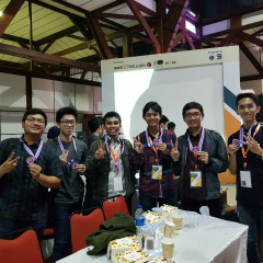 Potret Pak Arif dan Pak Yohannes beserta Timnya mendapat Juara 2 ITB Cloud Computing Bootcamp