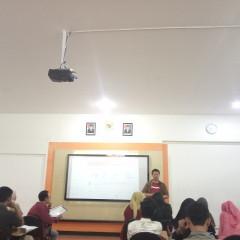 Yohanes Dwi Putra berikan informasi terkait sistem e-commerce Bukalapak di salah satu kelasnya