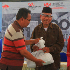 Kegembiraan warga Wringinanom dalam serah terima Donatio Bag