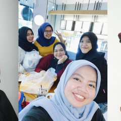 Tim Sekarves Indonesia dan Dosen Tyas Ajeng Nastiti., S.T., M.Ds dengan produk hijab unggulan