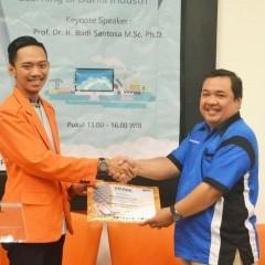Serah terima sertifikat dari Bapak James F. Tomasouw (kanan) kepada Rahadian Aviasha Putra (kiri)