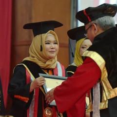 Penyerahan apresiasi prestasi Hikmah Sekarningtyas oleh Rektor UISI