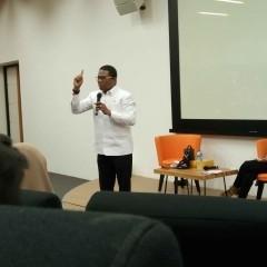 Dr. Basa Alim Tualeka, M.Si ditengah penampilannya yang penuh semangat