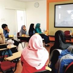 Menyaksikan video dokumentasi aktivitas teman-tema yang ikut dalam GPBL 2017