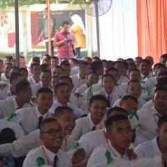 Para mahasiswa baru antusias menyimak materi ESQ