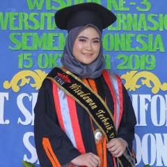Potret bahagia Marisa Tsaniyah menjadi wisudawan terbaik UISI