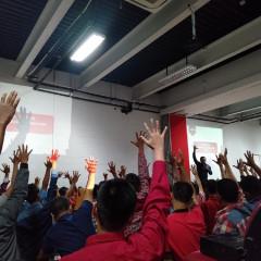 Serentak angkat tangan, mahasiswa baru tunjukkan kesiapan memulai karir sejak awal