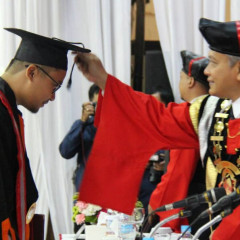 Rektor UISI memindahkan tali wisudawan sebagai simbol kelulusan