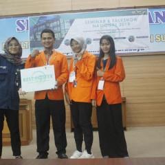 Zhafira, Hendra, dan Caca saat penobatan Best Poster pada ASSC 2018 di Universitas Negeri Surabaya